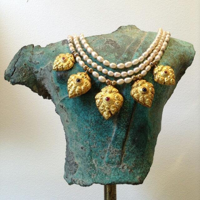 FRESH WATER PEARL NECKLACE WITH AYUTHYA GOLD PENDANTS