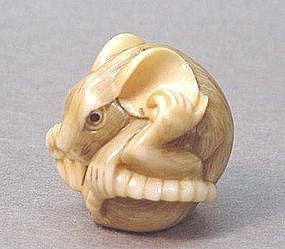 JAPANESE CARVED IVORY NETSUKE OF A MOUSE