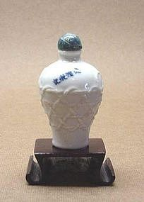 CHINESE UNUSUAL PORCELAIN SNUFF BOTTLE